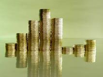 Accatasti piegato delle monete sotto forma d'i diagrammi Fotografie Stock