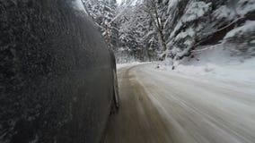 Accelerando sulla strada di inverno video d archivio