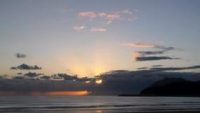 Accelererad soluppgång från det Cantabria havet i molnigt väder stock video