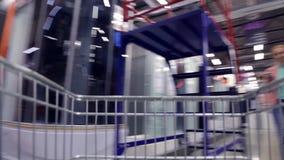 Accelererad video från maskinvarulager Sikt från korgspårvagnen stock video