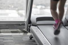 Acceleri il mosso dell'allenamento delle scarpe da corsa di rosa di usura di donna Fotografia Stock