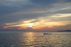 Acceleri la barca e la barca di banana nel mare Immagine Stock Libera da Diritti