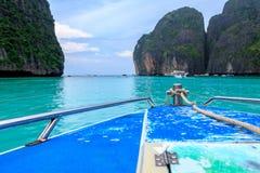acceleri la barca e l'acqua blu alla baia di maya in Phi Phi Island, Krabi Tailandia Fotografie Stock