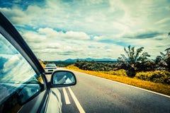 Acceleri la guida di veicoli all'alta velocità sulla strada vuota Immagini Stock