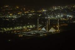 Accenda Faisal Mosque fra lo schermo di notte della città di Islamabad fotografie stock libere da diritti