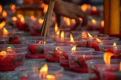 Accenda i bastoni di incenso con la candela rossa fotografia stock libera da diritti