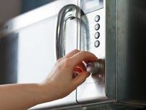 Accenda il forno a microonde Fotografie Stock Libere da Diritti