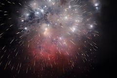 Accende i fuochi d'artificio nel cielo notturno Immagine Stock Libera da Diritti