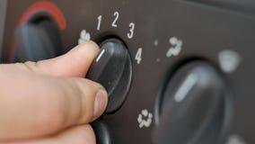 Accende il sistema di Ventelation del condizionamento d'aria in vecchia automobile Macro primo piano archivi video