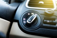 Accende la manopola di controllo in un'automobile Fotografia Stock