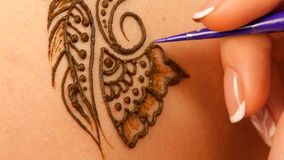 Accendendo del processo del disegno del mehendi del hennè video d archivio