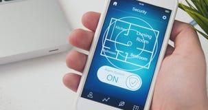Accendendo il sistema di allarme nella casa facendo uso dello smartphone app video d archivio