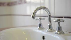 Accendere i rubinetti stock footage