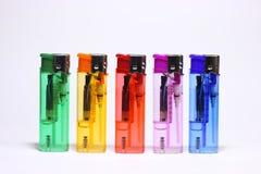 Accendino [cinque colori] su fondo bianco fotografie stock libere da diritti