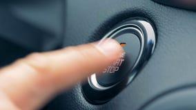 Accensione del motore di automobile spingendo un bottone stock footage