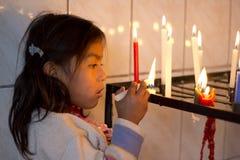 Accensione della candela Fotografia Stock Libera da Diritti