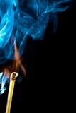 Accensione della corrispondenza con fumo Immagini Stock