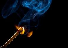 Accensione della corrispondenza con fumo Fotografie Stock Libere da Diritti