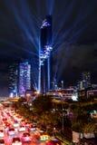 Accensione della manifestazione all'alta torre nella città Fotografie Stock