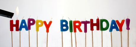 Accensione delle candele di compleanno buon Fotografia Stock