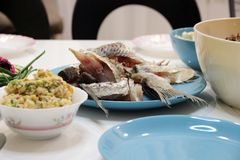 Accent élégant bleu lumineux sur l'atmosphère décontractée de la table Aspect Unpresentable des photos des plats quotidiens image stock