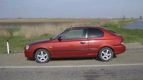 Accent de Hyundai de voiture de la 2ème génération dans les performances d'un coupé de trois-porte moteur diesel de Trois-cylindr Images stock