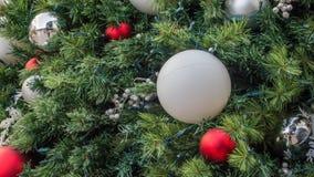 Accents argentés, rouges et blancs de plan rapproché de décorations de Christma images stock