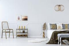 Accents d'or dans la chambre à coucher photos libres de droits