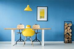 Accents jaunes dans la salle à manger image stock