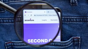 Accenture-Websitehomepage Accenture-Logo sichtbar an auf der Smartphoneanzeige lizenzfreie stockbilder