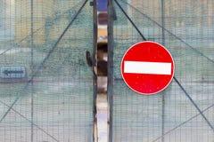 Acces verweigerte das Zeichen, das an einem Metallzaun hängt Lizenzfreie Stockfotos