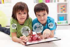 accesing社会网络应用的年轻男孩 免版税库存照片