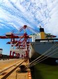 Acceso con el buque de carga del cargamento Imagenes de archivo