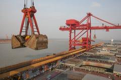 Acceso de China Qingdao y terminal del mineral de hierro de la tonelada Foto de archivo libre de regalías