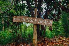 Acceso de la playa con la muestra del ` de la playa del ` Fotos de archivo libres de regalías
