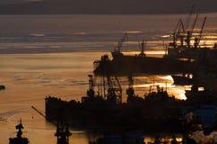 Acceso de Vladivostok. Bahía Diomid. Puesta del sol de oro. imagenes de archivo