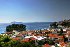 Acceso y ciudad, Grecia de Skiathos Imagen de archivo