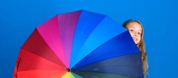 Accesorio colorido del paraguas Concepto de la previsión metereológica Día lluvioso positivo de la estancia sin embargo Aclare en fotos de archivo libres de regalías