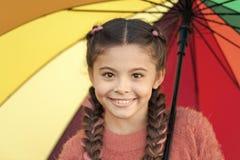Accesorio colorido para el humor alegre Pelo largo del ni?o de la muchacha que camina con el paraguas Estancia positiva y optimis fotografía de archivo