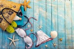 Accesorio de la playa del verano en la tabla de madera Imagen de archivo