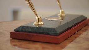 Accesorio del negocio clip Dos plumas y semillas tradicionales de lujo del vintage en una tabla de madera almacen de video