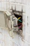 Accesorio eléctrico defectuoso de la pared imágenes de archivo libres de regalías