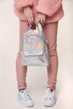 Accesorios adolescentes de la muchacha, perno que lleva de la mujer hermosa elegante joven Fotografía de archivo libre de regalías