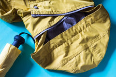 Accesorios amarillos para el indoo de la estación de lluvias, del paraguas y del impermeable Imagenes de archivo