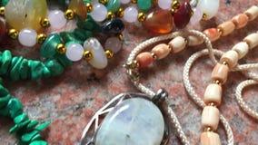 Accesorios ambarinos de la pulsera y de las piedras preciosas almacen de video