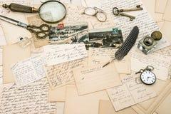 Accesorios antiguos, viejas letras y postales, pluma del vintage Fotografía de archivo