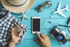 Accesorios, artículos y teléfono móvil del ` s del viajero Imagen de archivo libre de regalías