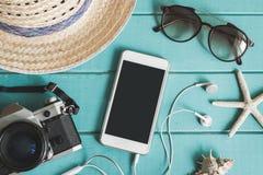 Accesorios, artículos y teléfono móvil del ` s del viajero Imagen de archivo
