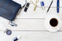 Accesorios azules del maquillaje fijados y bolso azul marino Copie el espacio Imágenes de archivo libres de regalías