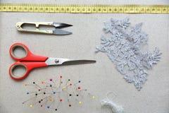 Accesorios básicos del sastre listos para la tarea Imagen de archivo